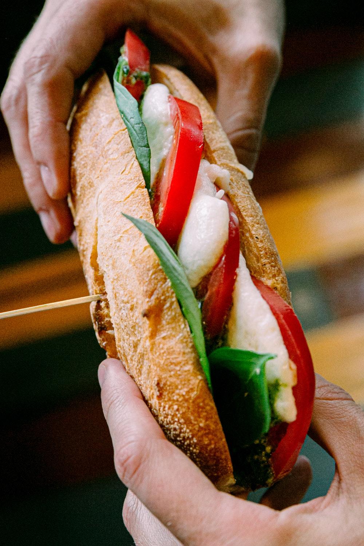 ser mozzarella z pomidorami i oliwą z oliwek